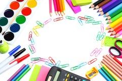 Fondo della scuola matite colorate, penna, dolori, carta per la scuola e istruzione dello studente su bianco Fotografia Stock