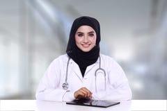 Fondo della sfuocatura del isolatedon di medico di Muslimah Immagini Stock