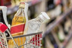 Fondo della sfuocatura dell'estratto del deposito del supermercato con il carrello fotografia stock