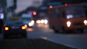Fondo della sfuocatura della città Cerchi commoventi del bokeh di traffico di notte archivi video