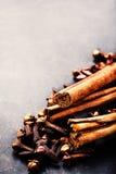 Fondo della spezia - varie spezie sopra la tavola scura accumulazione Immagini Stock