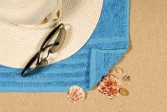 Fondo della spiaggia con il cappello e gli occhiali da sole Immagine Stock