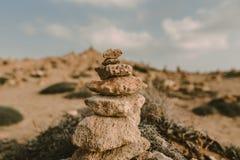 Fondo della spiaggia con la torre di pietra immagini stock