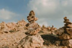 Fondo della spiaggia con la torre di pietra immagine stock libera da diritti