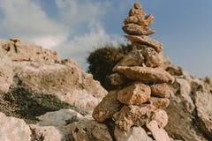 Fondo della spiaggia con la torre di pietra fotografia stock libera da diritti