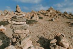 Fondo della spiaggia con la torre di pietra fotografia stock
