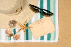 Fondo della spiaggia con le stelle marine e le cartoline Fotografie Stock