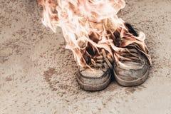 Fondo della spiaggia sand Le scarpe da tennis sono fuoco aperto dell'ustione molto vecchia abbia tonalit? immagine stock libera da diritti