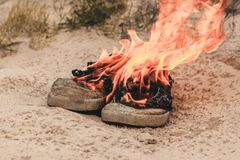 Fondo della spiaggia sand Le scarpe da tennis sono fuoco aperto dell'ustione molto vecchia abbia tonalit? fotografia stock libera da diritti