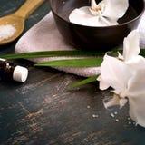 Fondo della stazione termale con l'orchidea bianca in ciotola di acqua Spazio per tex Fotografia Stock