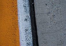 Fondo della strada con l'incrocio della pista bianca gialla delle gomme e della segnaletica stradale Immagini Stock