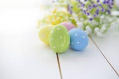 Fondo della struttura delle uova di Pasqua e dei fiori Fotografia Stock