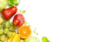 Fondo della struttura posto piano di frutti tropicali di vista superiore: uva, melarosa, arancia, spinaci, mango, pera, guaiava e illustrazione di stock