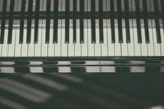 Fondo della tastiera di piano con il fuoco selettivo Tastiera della sfuocatura e note musicali Fotografia Stock Libera da Diritti