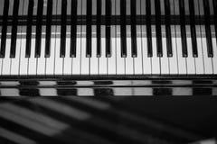 Fondo della tastiera di piano con il fuoco selettivo Tastiera della sfuocatura e note musicali Immagini Stock Libere da Diritti