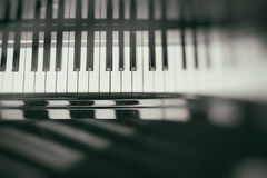 Fondo della tastiera di piano con il fuoco selettivo Tastiera della sfuocatura e note musicali Fotografia Stock