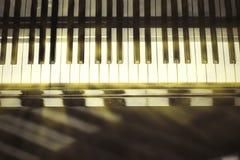 Fondo della tastiera di piano con il fuoco selettivo Tastiera della sfuocatura e note musicali Immagine Stock Libera da Diritti