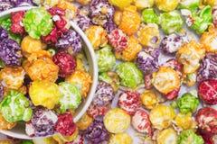Fondo della tazza multicolore di carta e del popcorn, primo piano, vista superiore fotografie stock libere da diritti