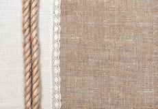 Fondo della tela da imballaggio con il panno di tela e la corda Fotografia Stock Libera da Diritti