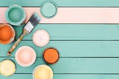 Fondo delle assi del pavimento, delle latte della pittura e della spazzola Fotografia Stock Libera da Diritti