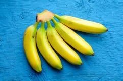 Fondo delle banane sul blu Immagini Stock