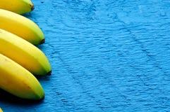Fondo delle banane sul blu Fotografia Stock Libera da Diritti