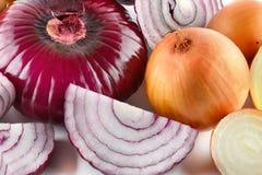 Fondo delle cipolle rosse e bianche Un insieme dell'alimento Immagini Stock