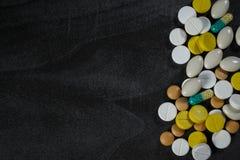Fondo delle compresse medicinali su una tavola Immagine Stock Libera da Diritti