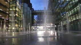 Fondo delle finestre della costruzione della fontana di notte di inclinazione archivi video