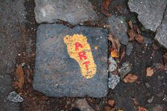 Fondo delle foglie di autunno e dell'arte rossa dell'iscrizione su un giallo fotografia stock