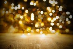 Fondo delle luci di Natale, partito o struttura dorato di celebrazione con legno Fotografia Stock Libera da Diritti
