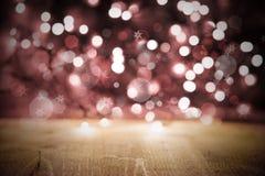 Fondo delle luci di Natale, partito o struttura rosa di celebrazione con legno Fotografie Stock Libere da Diritti