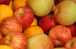 fondo delle mele mature e delle arance arancio Immagine Stock