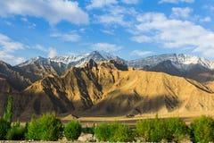 Fondo delle montagne con cielo blu Immagini Stock Libere da Diritti