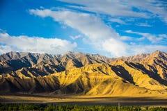 Fondo delle montagne con cielo blu Fotografia Stock Libera da Diritti