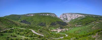 Fondo delle montagne rocciose in valle di Cheile Turzii, Romania Fotografie Stock Libere da Diritti