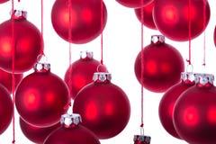 Fondo delle palle di Natale sopra bianco con il fuoco selettivo Immagini Stock