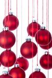Fondo delle palle di Natale sopra bianco con il fuoco selettivo Fotografia Stock Libera da Diritti