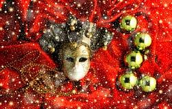 Fondo delle palle dorate dell'albero di Natale con le decorazioni dell'oro e della maschera dorata Immagine Stock