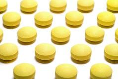 Fondo delle pillole gialle: concetto della medicina fotografia stock libera da diritti