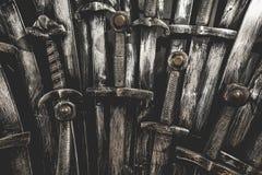 Fondo delle spade del cavaliere del metallo Fine in su Immagini Stock