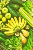 Fondo delle verdure e del primo piano verdi e gialli di frutti La vista dalla cima, disposizione piana Immagini Stock Libere da Diritti