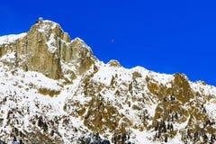 Fondo dello sci con le montagne della neve e della cabina di funivia Immagine Stock Libera da Diritti