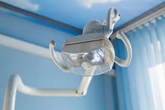Fondo dental del concepto de la atención sanitaria - cierre dental de la lámpara de la manija para arriba Equipo de la odontologí imagen de archivo
