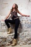Fondo derecho de la pared de la muchacha atractiva Imagen de archivo
