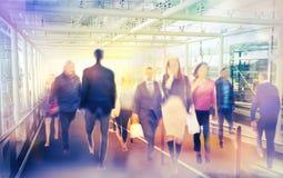 Fondo di affari con le siluette di camminata della sfuocatura della gente Londra Fotografie Stock