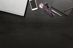Fondo di affari della scrivania con il computer portatile, smartphone, Post-it, compressa digitale e penna, occhiali di protezion immagini stock libere da diritti