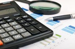 Fondo di affari. penna, calcolatore, lente d'ingrandimento Immagini Stock