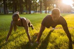 Fondo di allenamento di sport all'aperto della famiglia insieme Fotografia Stock Libera da Diritti