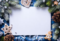Fondo di Art Christmas con i biscotti del pan di zenzero ed i decori festivi Fotografia Stock Libera da Diritti